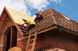Roofing,Contractors,Installing,House,Roof,Board,For,Asphalt,Shingles.,Roofing